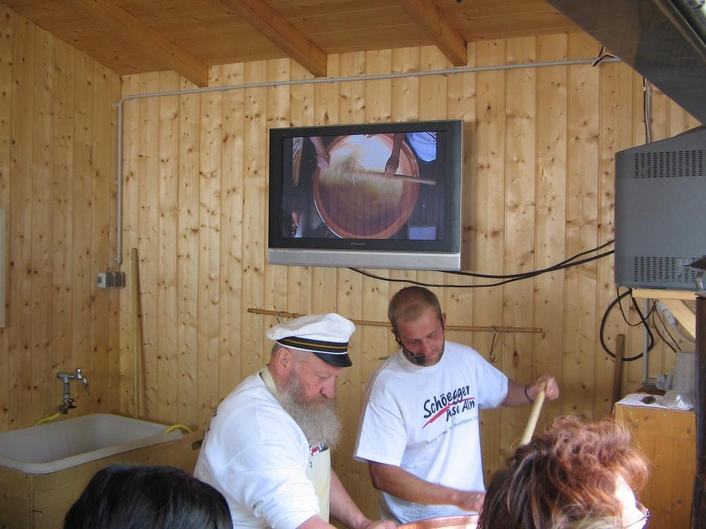 Schaukäsen auf der Schönegger Käsealm (Tourist Information Rottenbuch)