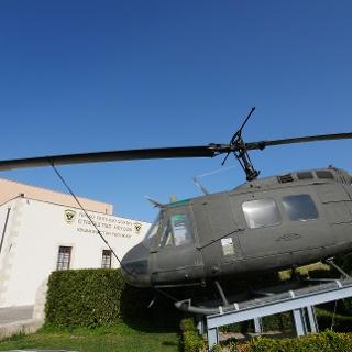 Militärhubschrauber vor dem Heeresmuseum in Chromonastiri