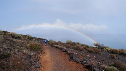 Regenbogen über dem Höhenzug auf La Gomera