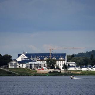 Bootsfahrt auf Schwielowsee, Blick auf Resort