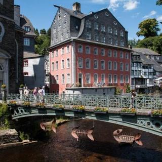 """Am Ziel: Monschau (hier: Blick von der """"Evangelischen Brücke"""" auf Rur, Rotes Haus und Ruine Haller)"""