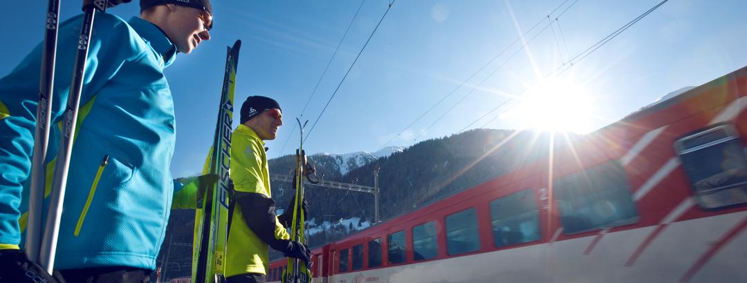 Langläufer bei einer der zahlreichen Haltestellen der Matterhorn Gotthard Bahn entlang der Rottenloipe