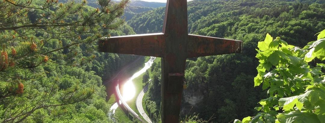 Gipfelkreuz mit einer der schönsten Aussichten in der Fränkischen Schweiz