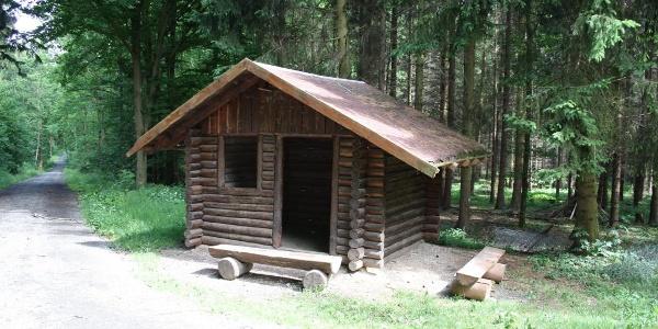 Rastplatz mit Blockhütte im Stadtwald