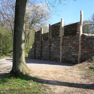 Pfostenschlitzmauern am keltischen Oppidum