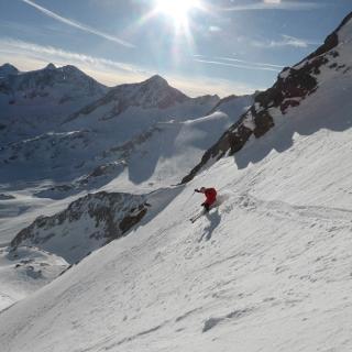 Die Abfahrt durch die Gipfelrinne - Pulverspaß nahe dem Skigebiet