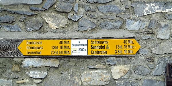 Wegweiser beim Berghotel Schwarenbach.
