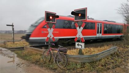 Achtung: Die Bahn kreuzt, unbeschrankter BÜ