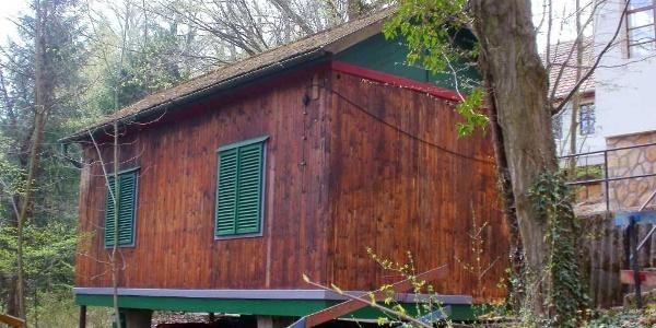 A szállást adó felújított faházak kívülről (Kismagos Környezeti Nevelési és Ökoturisztikai Központ)