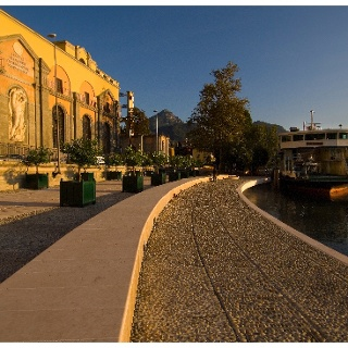 Il lungolago davanti alla centrale idroelettrica di Riva del Garda