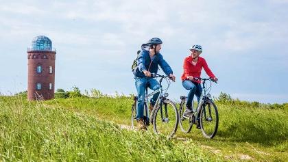 Radfahrer am Peilturm des Kap Arkonas