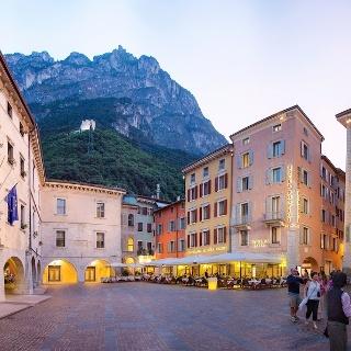 Piazza III Novembre (Palazzo Pretorio sulla sinistra), in alto il Bastione