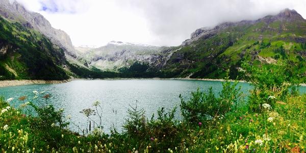 Smaragdblauer Stausee inmitten Walliser Berge.