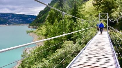 Blick von der Hängebrücke über den See.