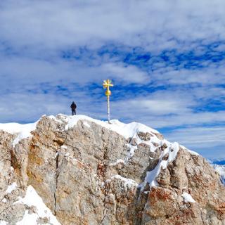 Endlich geschafft! Das Gipfelkreuz der Zugspitze.