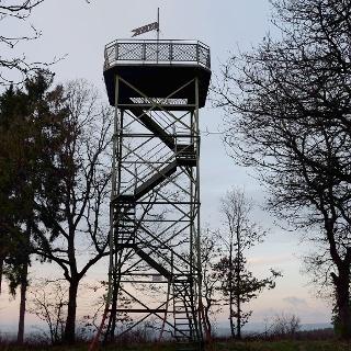 Der elf Meter hohe Stahlturm auf dem Rabenhain