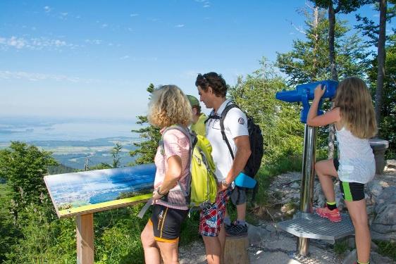 Die Marquartsteiner SalzAlpenTour ist identisch mit dem Bergwalderlebnisweg Staffen und bietet beeindruckende Aussichten - z.B. über den Chiemsee