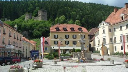 Hauptplatz in Friesach, Ostansicht, mit Hintergrund Rotturm und Deutschhauserwald
