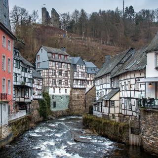 Zwei Abschnitte des Weges rund um Monschau mit völlig unterschiedlichen Eindrücken: …