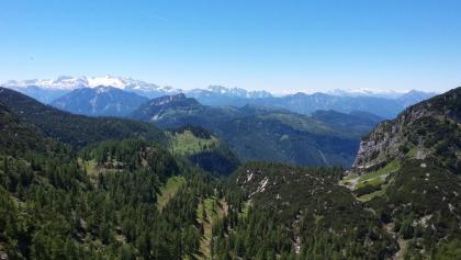 In Bildmitte die Schwarzenbergalm mit Ischlerhütte