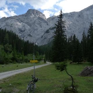 Die erste Abzweigemöglichkeit in Richtung Solsteinhaus. Wir folgen der Straße aber noch bis zur Jagdhütte.