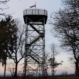 Derr 11 Meter hohe Turm auf dem Rabenhain