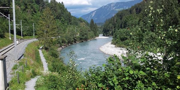 Wanderung zwischen Bahngleis und Rheinfluss