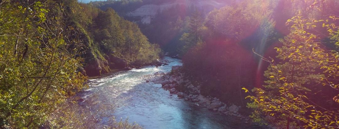 Breitere Flussstelle der Soča in der Nähe von Kobarid