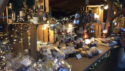 Stand mit weihnachtlichen Leckereien