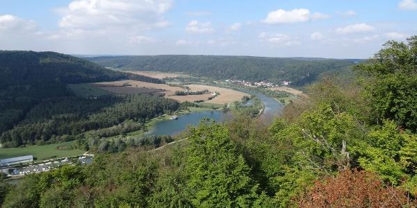 Blick ins Altmühltal mit Badeseee St. Agatha bei Riedenburg von Jachenhausen aus