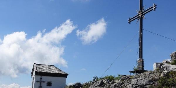 Das neue Gipfelkreuz am Spitzstein mit Kapelle