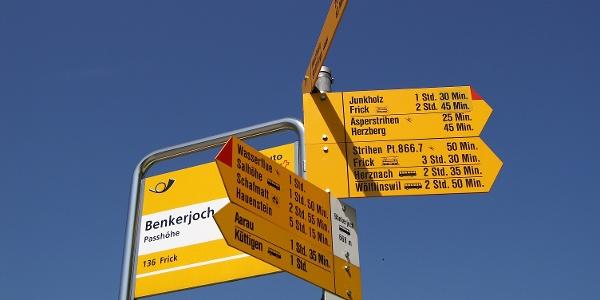 Wegweiser / Bushaltestelle auf dem Bänkerjoch.