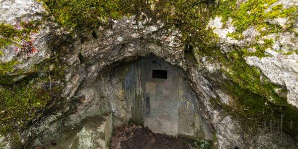 A solymári Ördöglyuk-barlang bejáratát vasajtó védi
