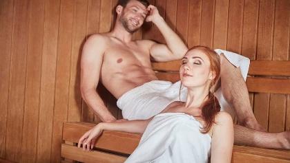 Paar entspannt sich in der Sauna
