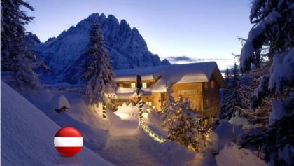 Dolomitenhütte 1602 M  in der Dämmerung