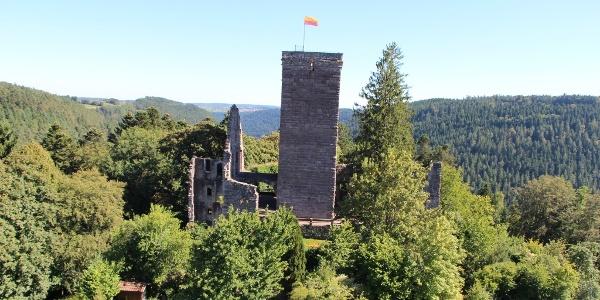 Die Burgrunie Zavelstein thront über dem Teinachtal