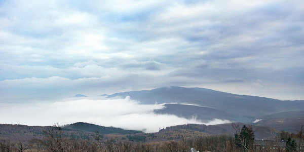 Vrchol Kékes v oblakoch - Rozhľadňa Galya-kilátó