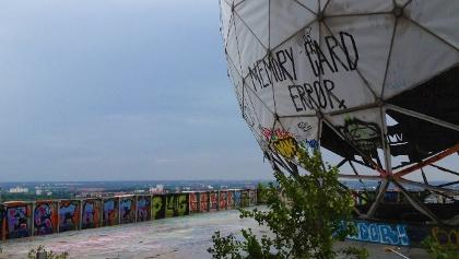 Oben auf dem Teufelsberg an den ehemaligen Radarkuppeln
