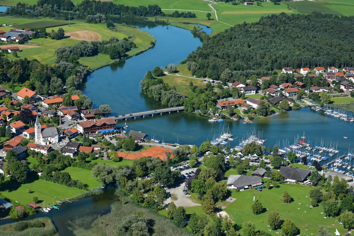 Luftbild mit Blick auf die Alz und Seebruck