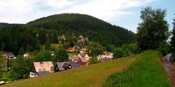 Wildenthal (Ortsteil von Eibenstock); im Hintergrund der Ellbogen (899 m)