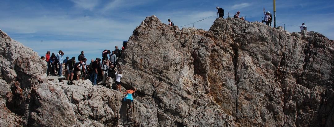 Stau auf den letzten Metern vor dem Gipfel der Zugspitze