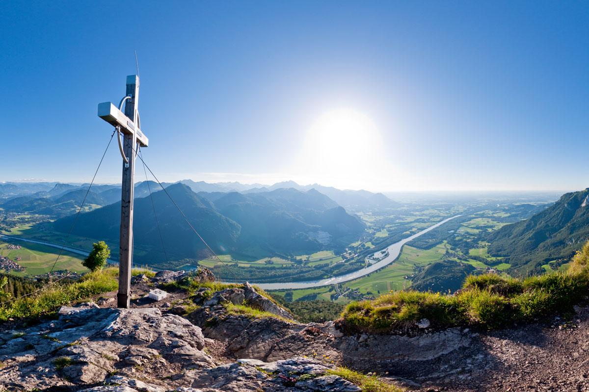 Österr. Gipfelkreuz auf dem Kranzhorn mit Blick auf das Inntal