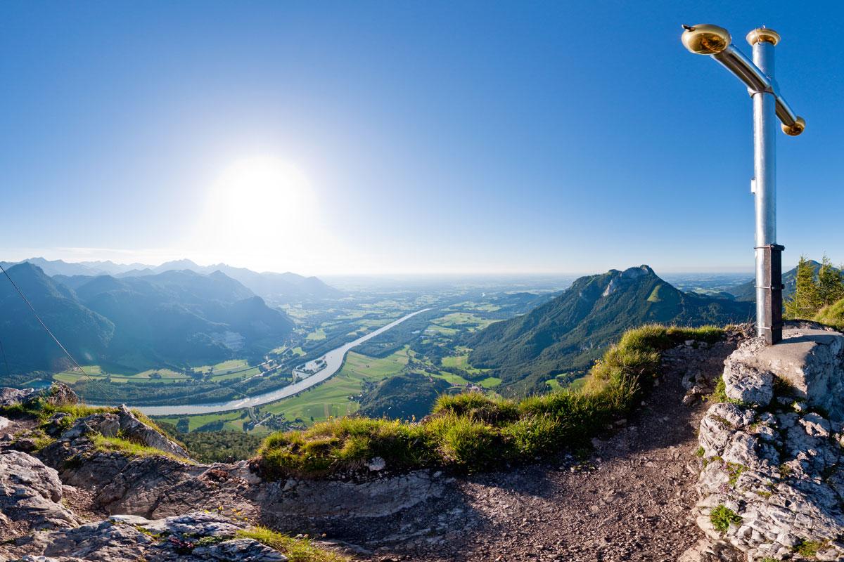 Dt. Gipfelkreuz auf dem Kranzhorn mit Blick auf das Inntal