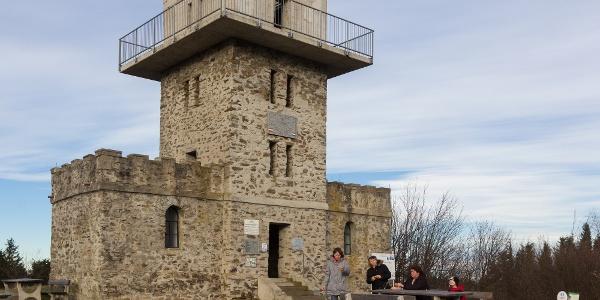 Východzý bod Modrej trasy: rozhľadňa na vrchu Írott-kő