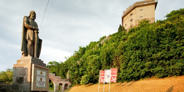 Socha Kráľa Bela IV. a Šalamúnova veža vo Višegráde