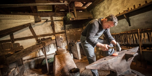Jeden Tag von Mai bis September finden wechselnde Handwerksvorführungen statt. So können die Besucher beispielsweise dem Schmied bei seiner Arbeit über die Schulter schauen.