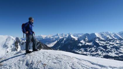Auf dem Gipfel mit Blick zu Eiger, Mönch und Jungfrau.