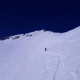 Gipfelhang mit bereits angelegter Spur