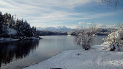 Forstsee der Gemeinde Techelsberg mit Blick nach Süd-Südwesten (Mittagskogel) - im Winterkleid
