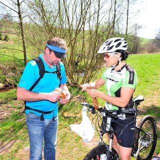 Wanderer trifft Bikerin
